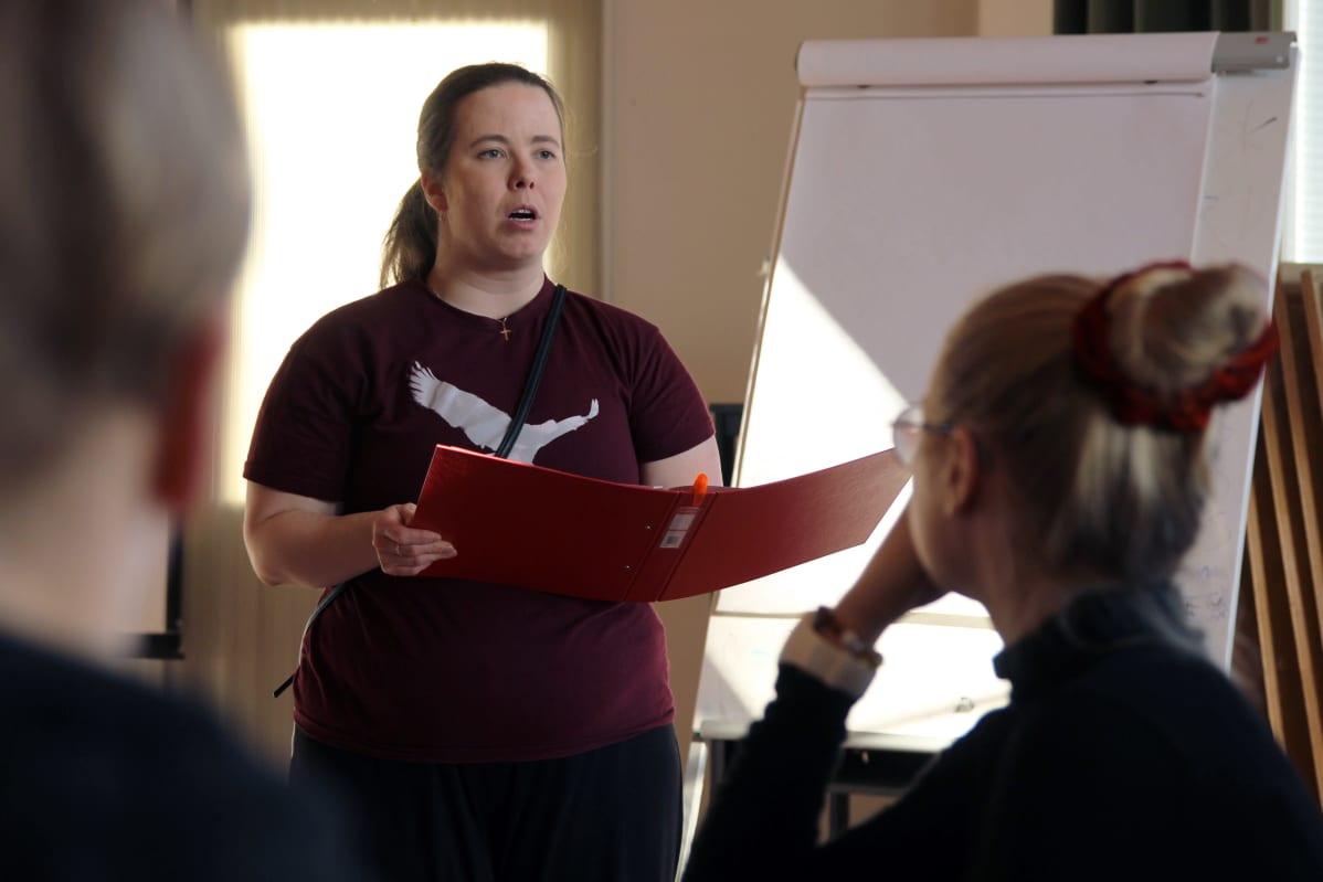 Savonlinnan seurakunnan nuorisotyönohjaaja Sari Kaunismäki hiihtolomariparilla