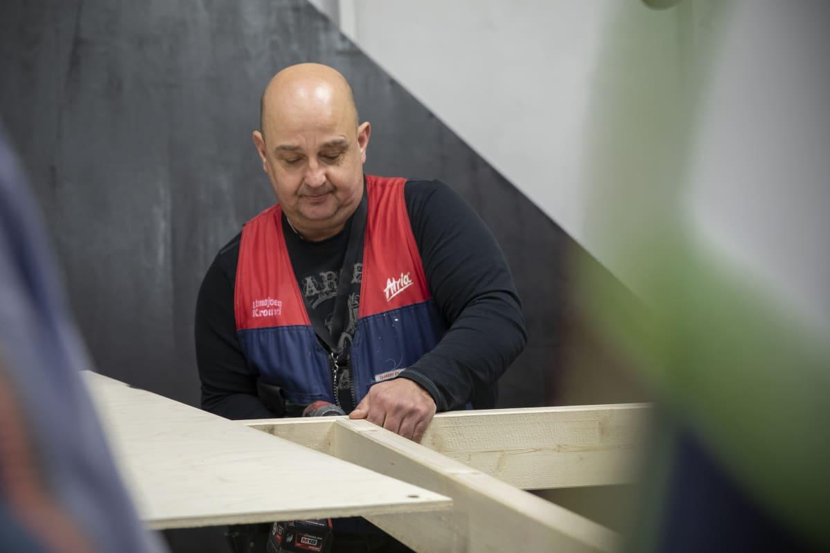 Kenttäpäällikkö Ari Hakoniemi valmistaa lavasteita.