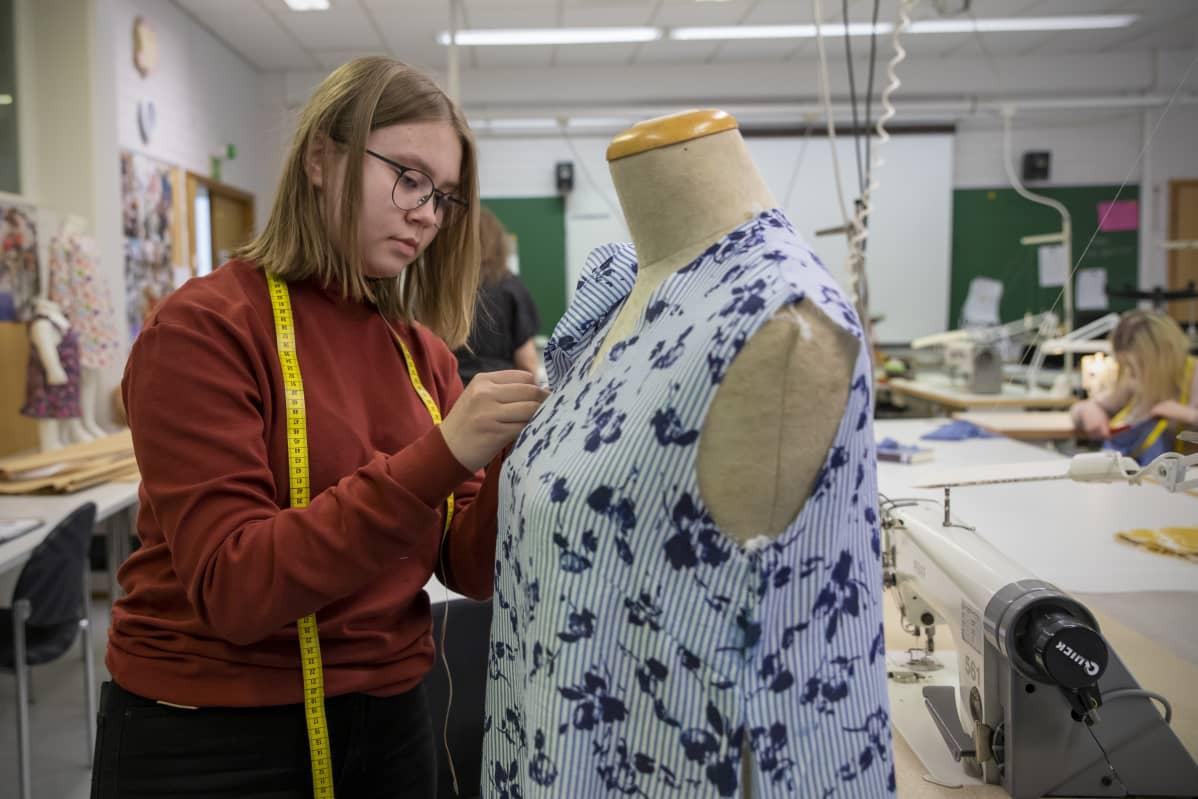 Sedun opiskelija Henni Kinnunen valmistaa pukua Hiljaiset perivät maan -oopperaan.