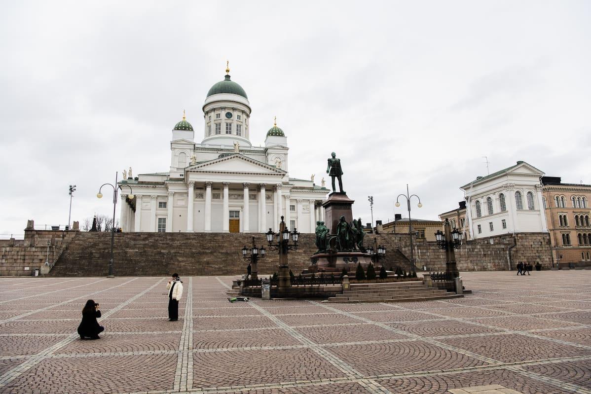 Kuvassa on autio Senaatintori Helsingissä.