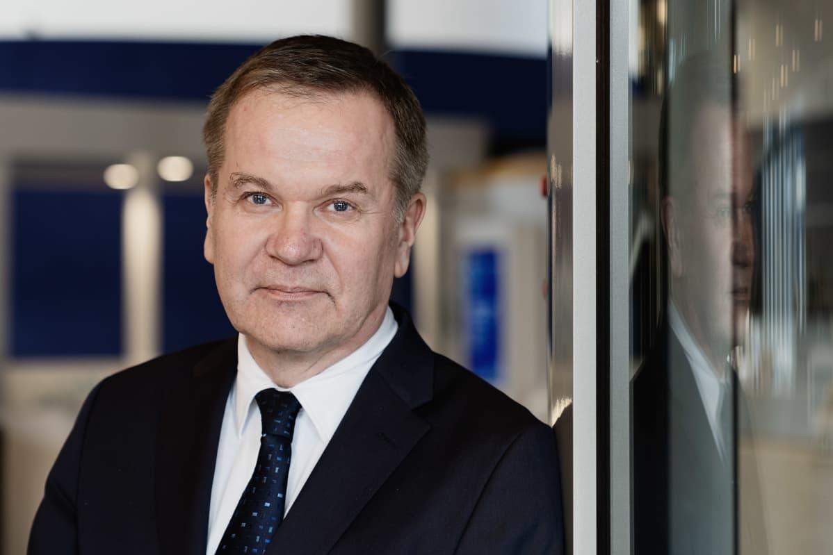 Pauli Heikkilä kuvattuna Finnveran aulassa maaliskuussa 2020