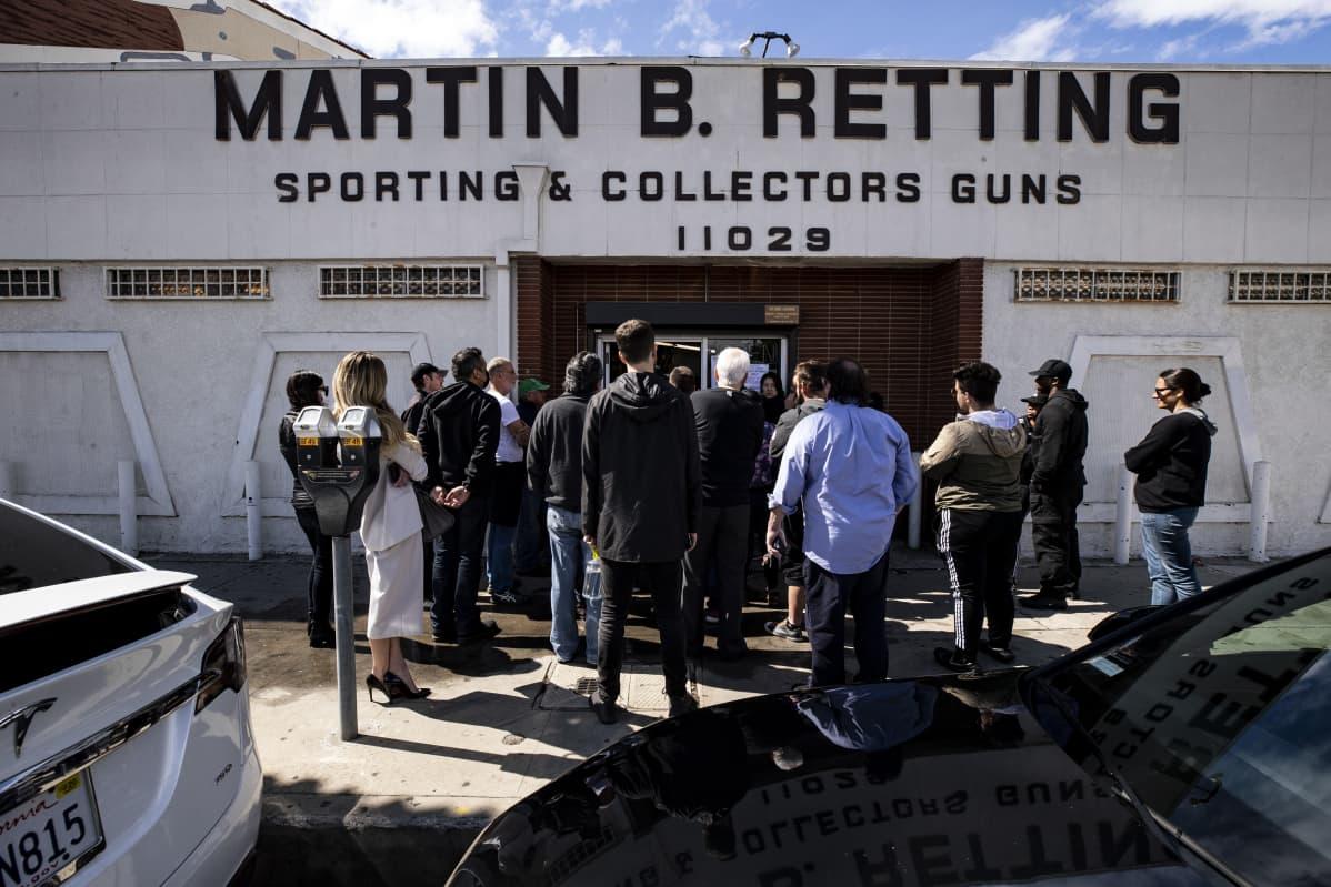 Asiakkaita jonottaa asekauppaan Los Angelesissa.