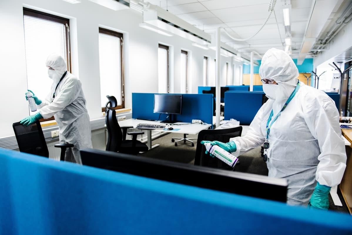 Kuvassa laatumestari Satu Eriksson puhdistaa kolmannen kerroksen tiloja.