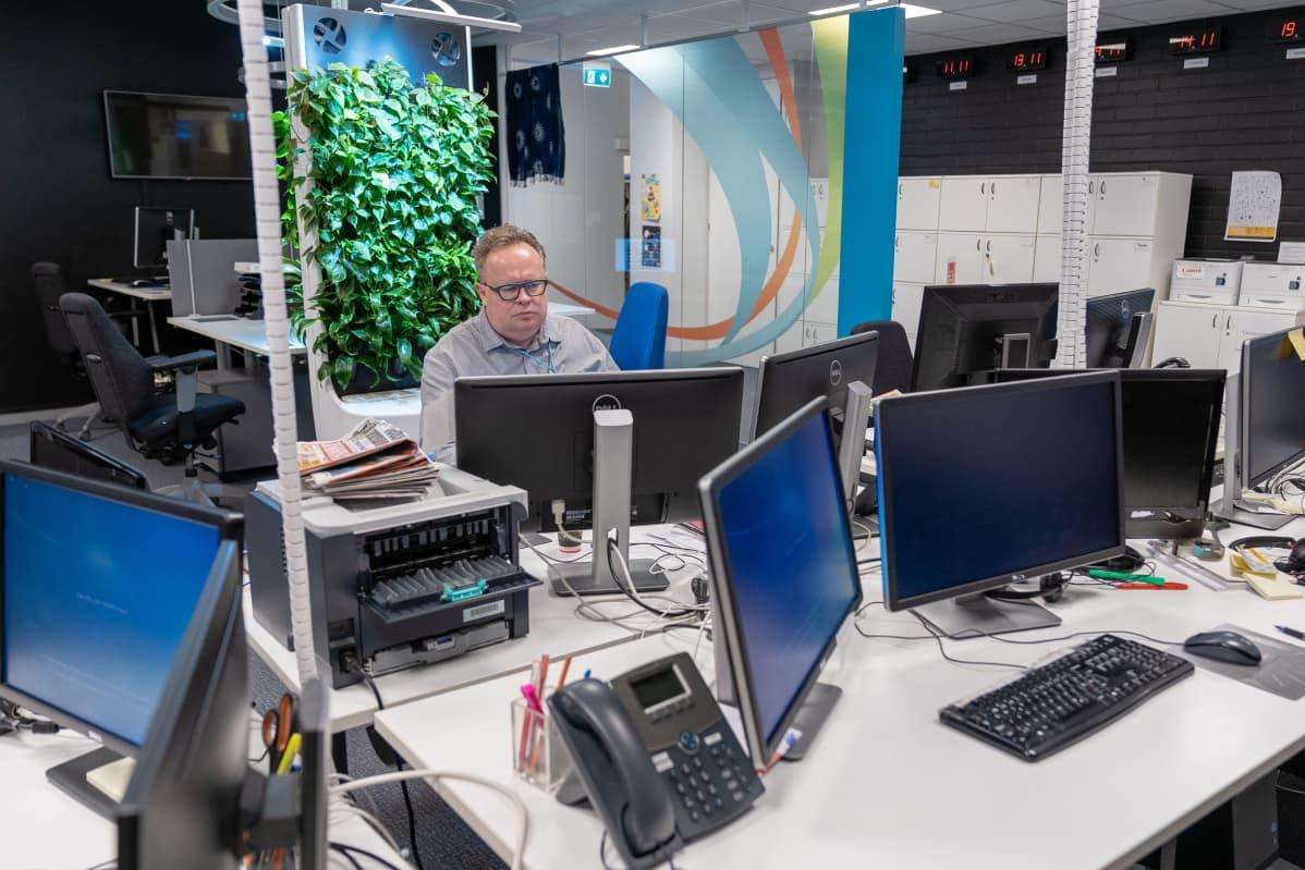 Ylen uutistoimittaja Petteri Löppönen radion uutisdeskillä 6.4.2020