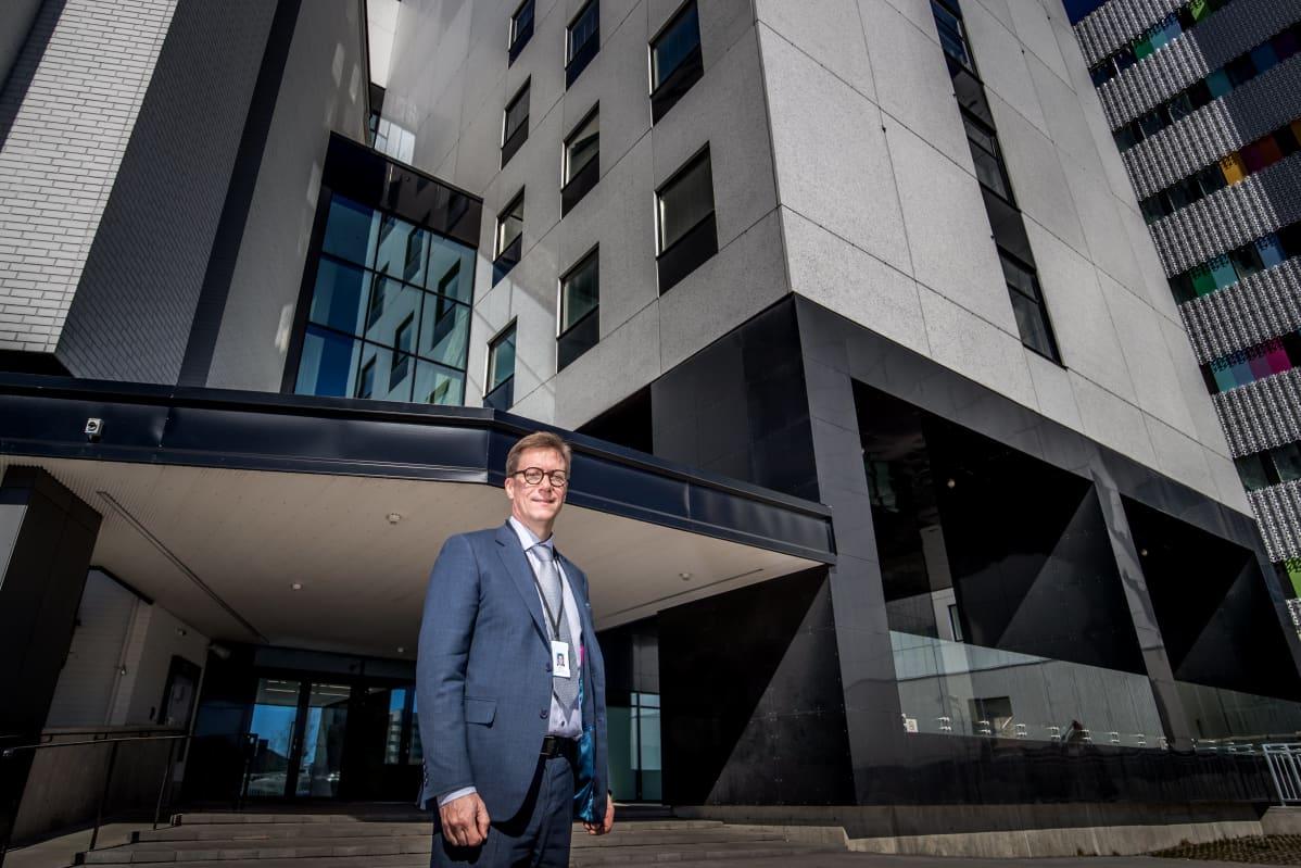Chefsöverläkare Mikko Pietilä står utanför Åbo universitetscentralsjukhus.