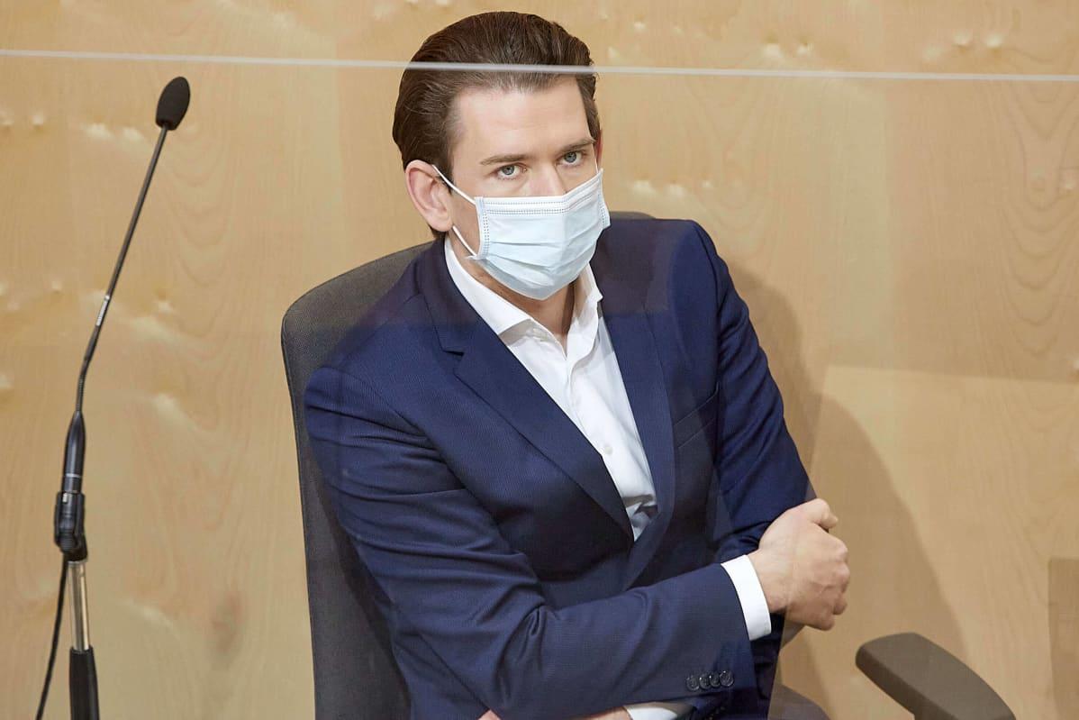 Itävallan pääministeri Sebastian Kurz kasvomaskin kanssa