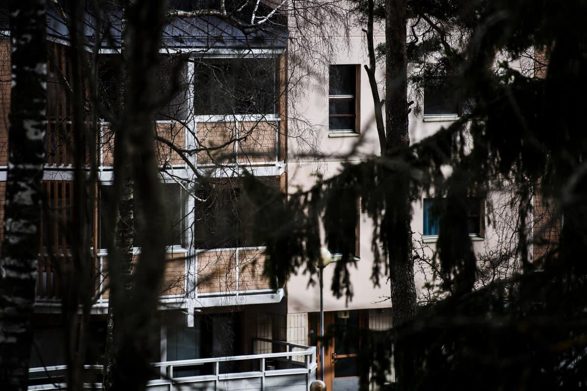 Kuvassa on kerrostalolähiömaisema Helsingistä.
