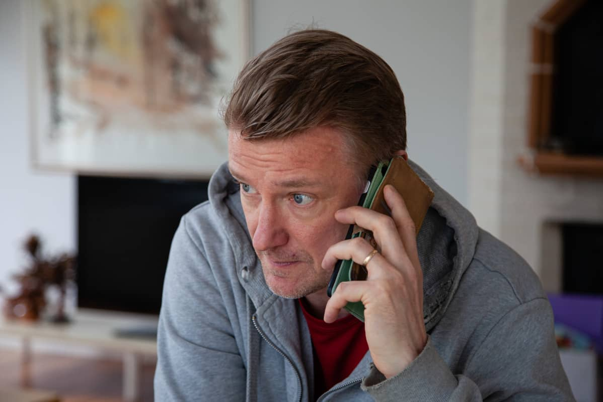 Mika Tonder puhelimessa