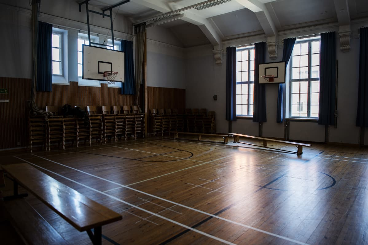 Kuvassa on tyhjä koulun liikuntasali.
