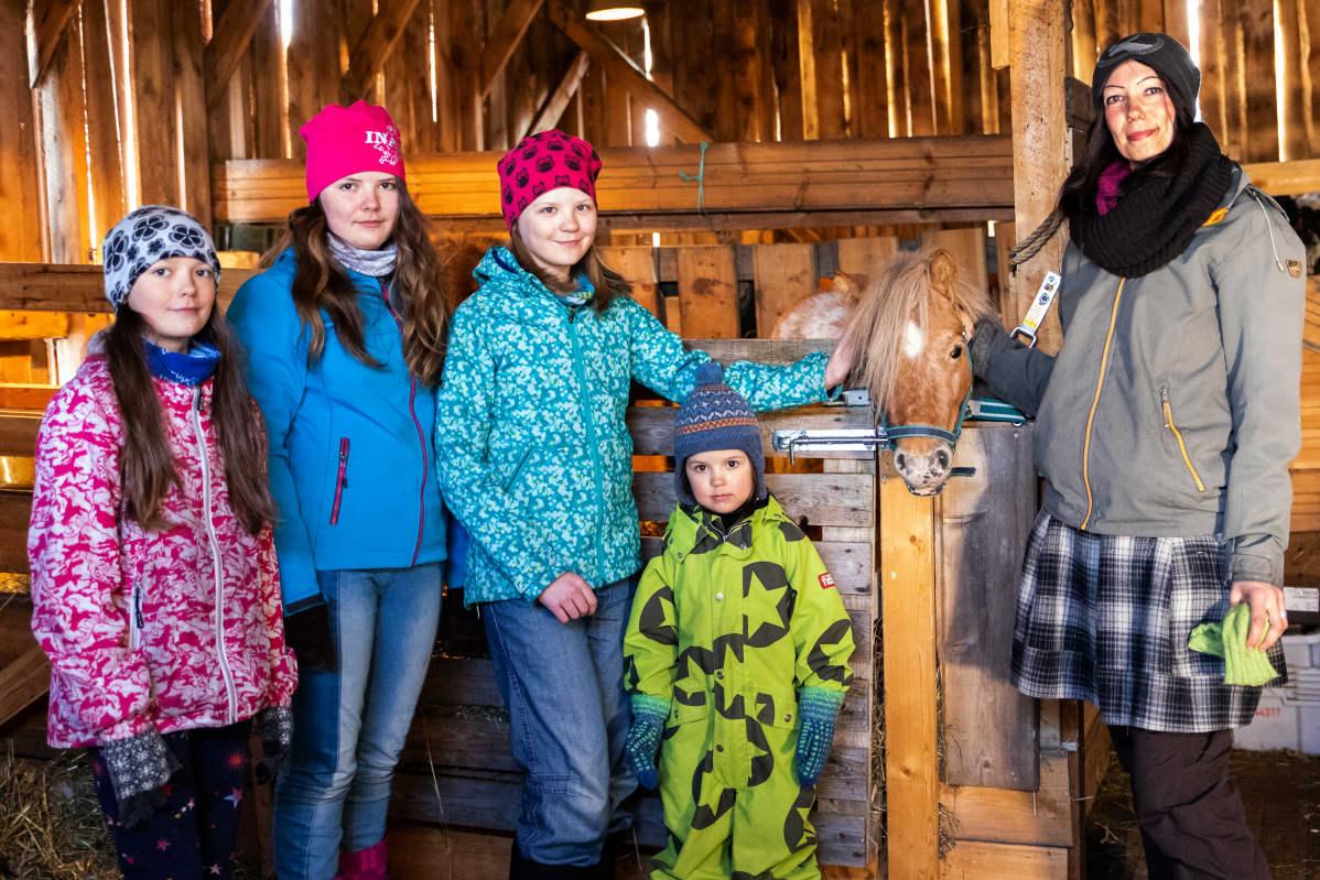 Jomppasen perheen lapset Inka (vas.), Inari, Ida ja Elle ja äiti Katja Jomppanen.