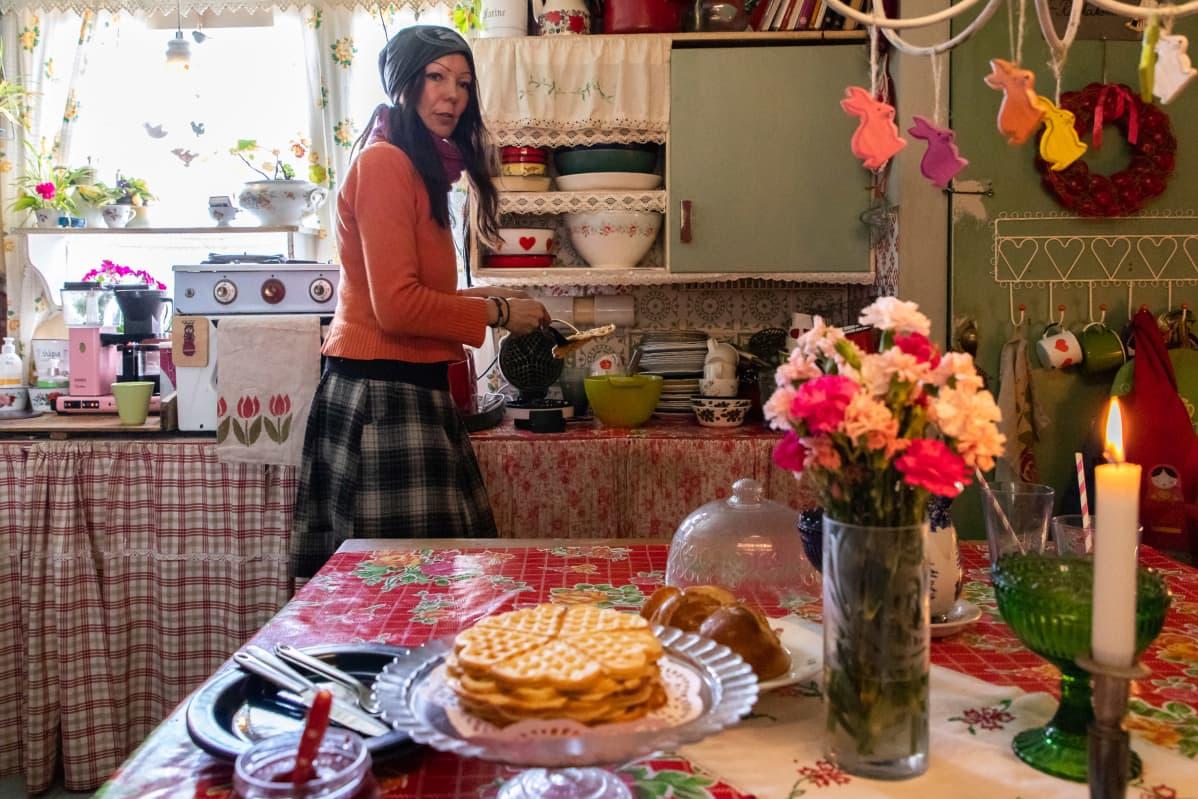 Katja Jomppanen keittiössä laittamassa vohveleita.