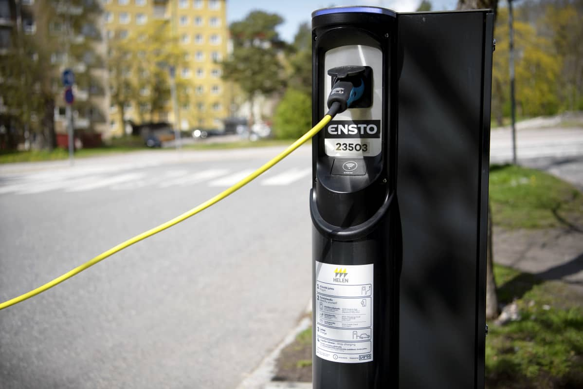 Sähköauton latauspiste kadun varrella Helsingissä.