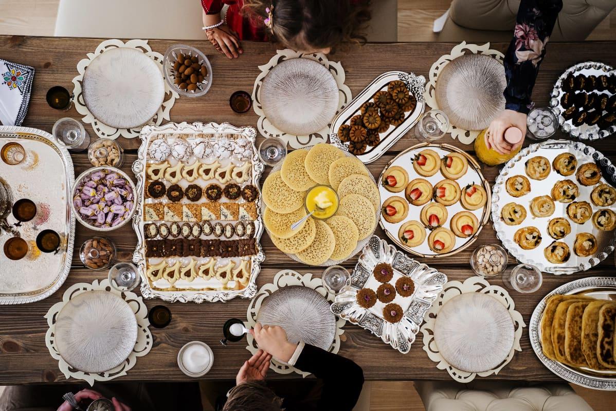 Kuvassa on Nadia Hellstenin valmistelema marokkolainen herkkupöytä.