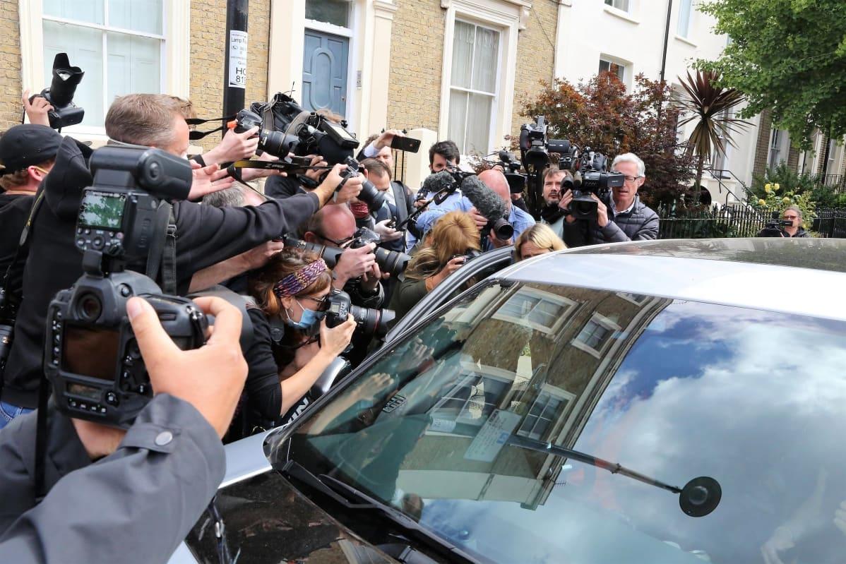 Suuri joukko kuvaajia piirittää autoa Dominic Cummingsin asunnolla.