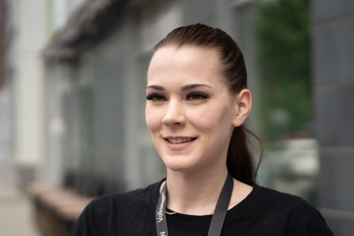 Ilona Forsblom Vantaan Kivistössä. Kivistössä tarjoilijana työskentelevä Ilona Forsblom kannattaisi kauppakeskuksen tuloa. Se toisi alueelle enemmän ihmisiä.