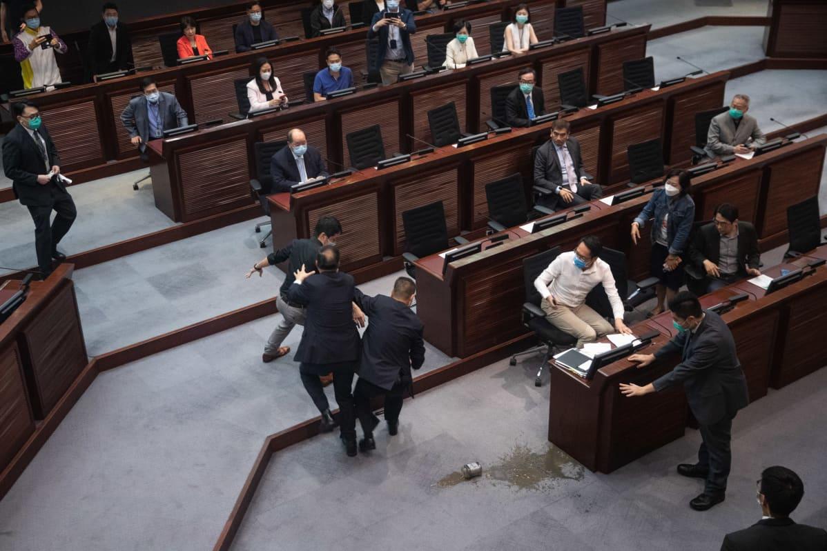 Lakiäänestys viivästyi, kun oppositiokansanedustaja heitti parlamenttirakennuksen lattialle purkin, jossa oli pahanhajuista nestettä.
