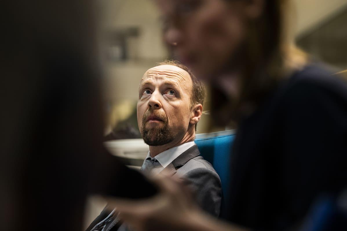 Kuvassa Ylen tiloissa on Jussi Halla-aho, joka osallistui Ylen A-studioon 8. kesäkuuta 2020. Etualalla Li Andersson.