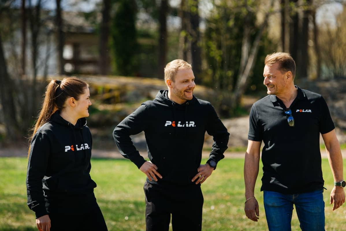 F1-kuljettaja Valtteri Bottas yhdessä Polarin Ida Stenin ja Tomi Saarion kanssa.