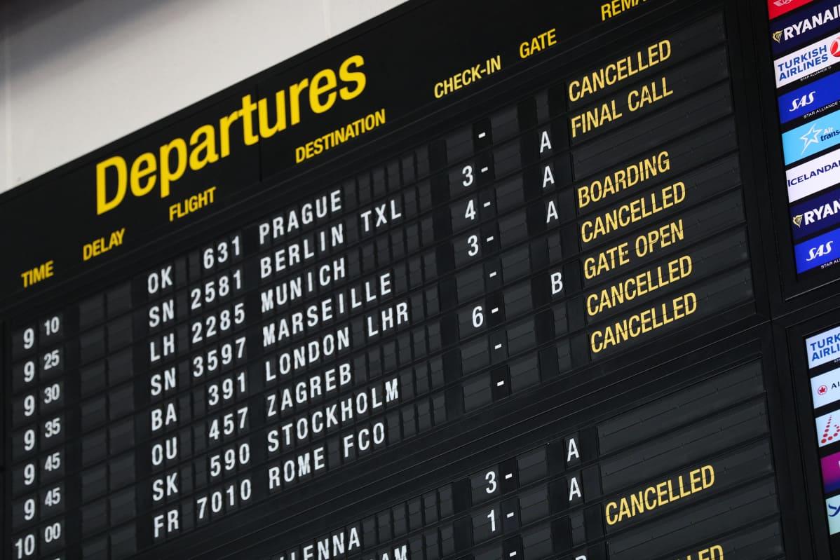Lähtevien lentojen aikataulu terminaalin seinällä