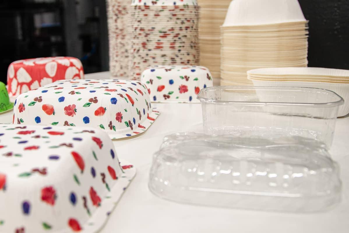 Kartonkirasioita ja muovirasioita LUT:n laboratoriossa.