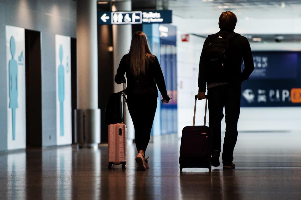 Kuvassa on matkustajia Helsinki-Vantaan lentoasemalla heinäkuussa 2020.