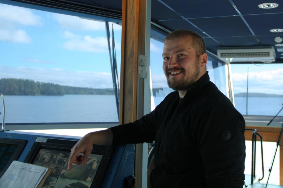 Lossinkuljettaja Mikko Muhonen Nestori-lossin ohjaamossa.