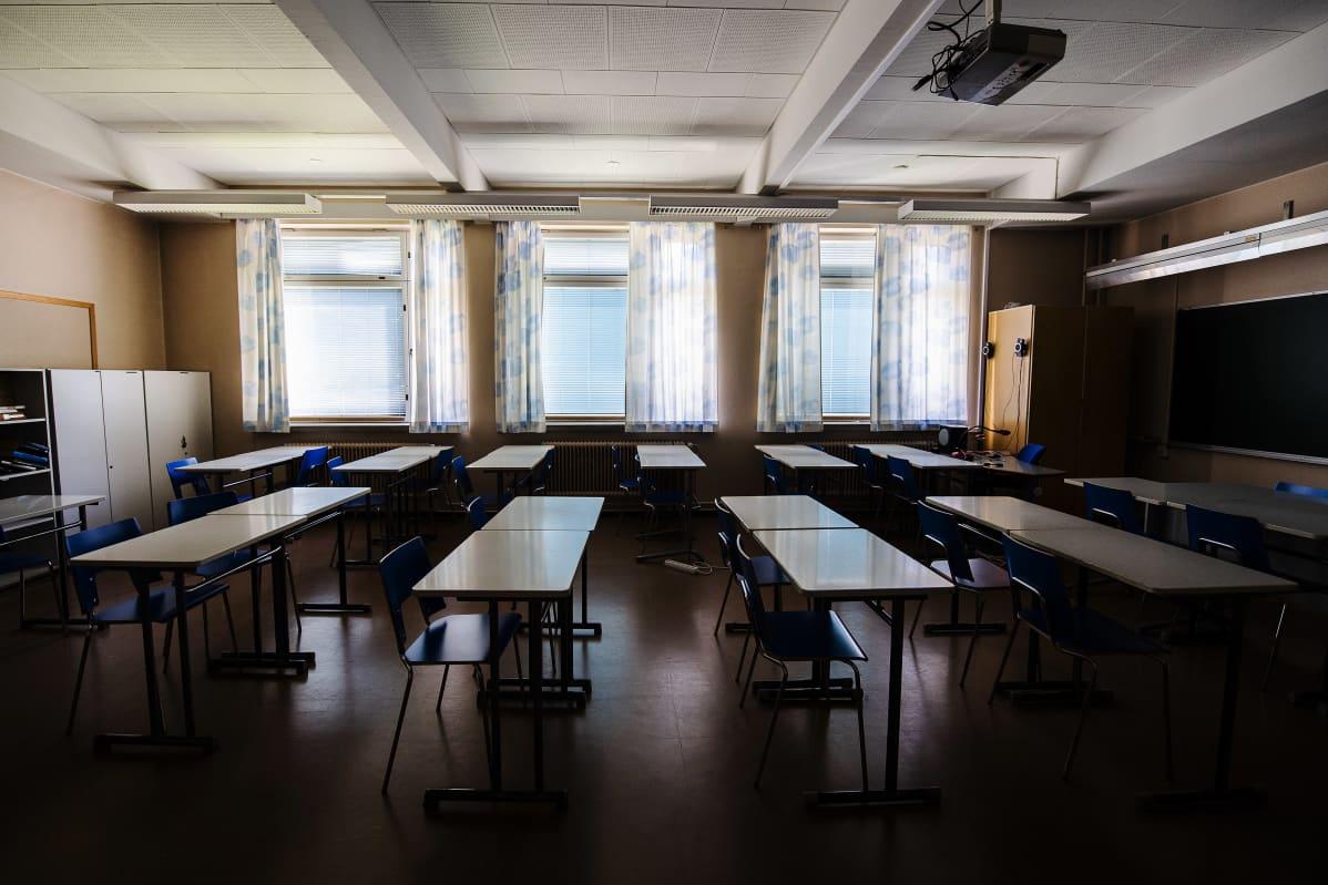 Kuvassa on tyhjä luokkahuone elokuussa 2020.