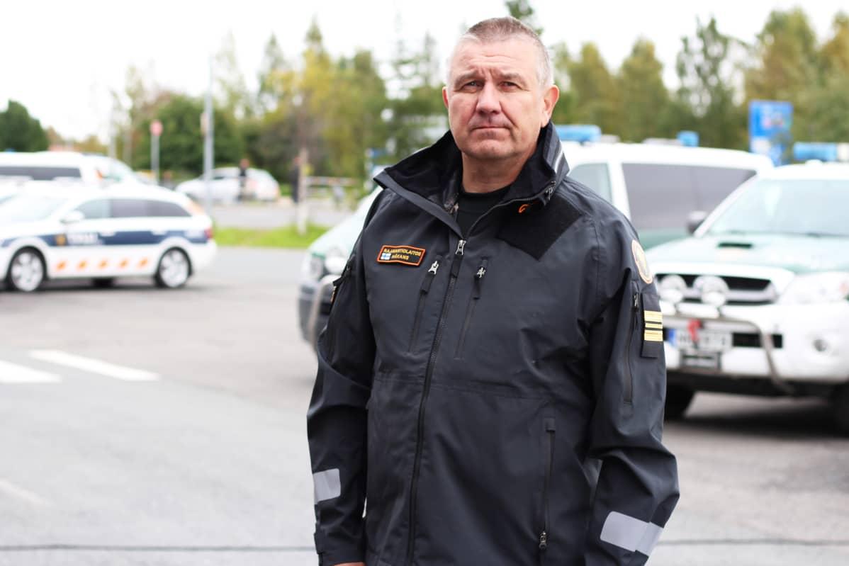 Kapteeniluutnantti Tommy Håkans Tornion tulliaseman pihalla