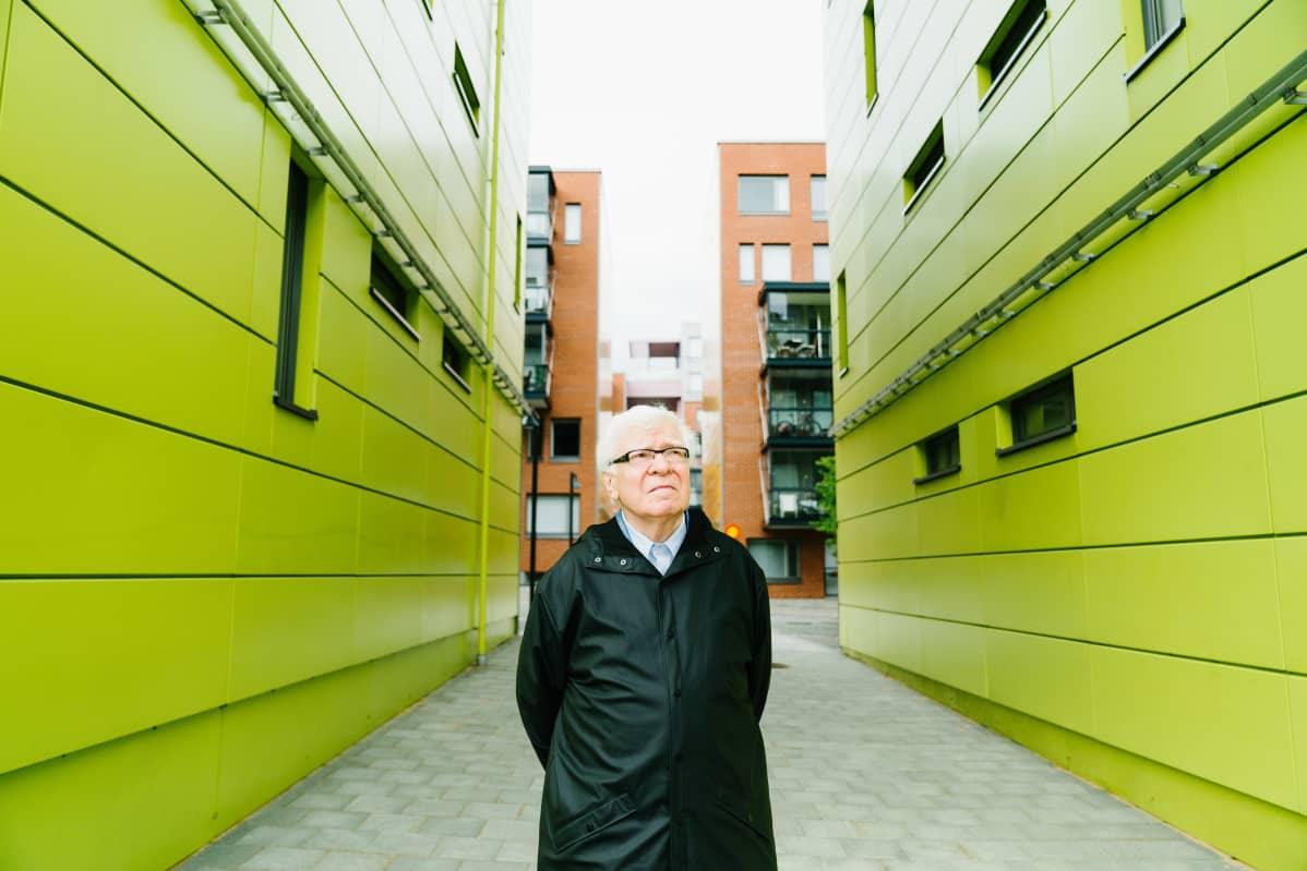Arkkitehti, professori Jyrki Tasa tarkastelee Konepajan korttelin ns. värikästä taideakselia eli porttikäytävää.