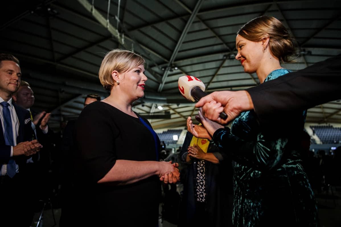 Kuvassa on Keskustan uusi puheenjohtaja Annika Saarikko ja hävinnyt puheenjohtaja Katri Kulmuni.
