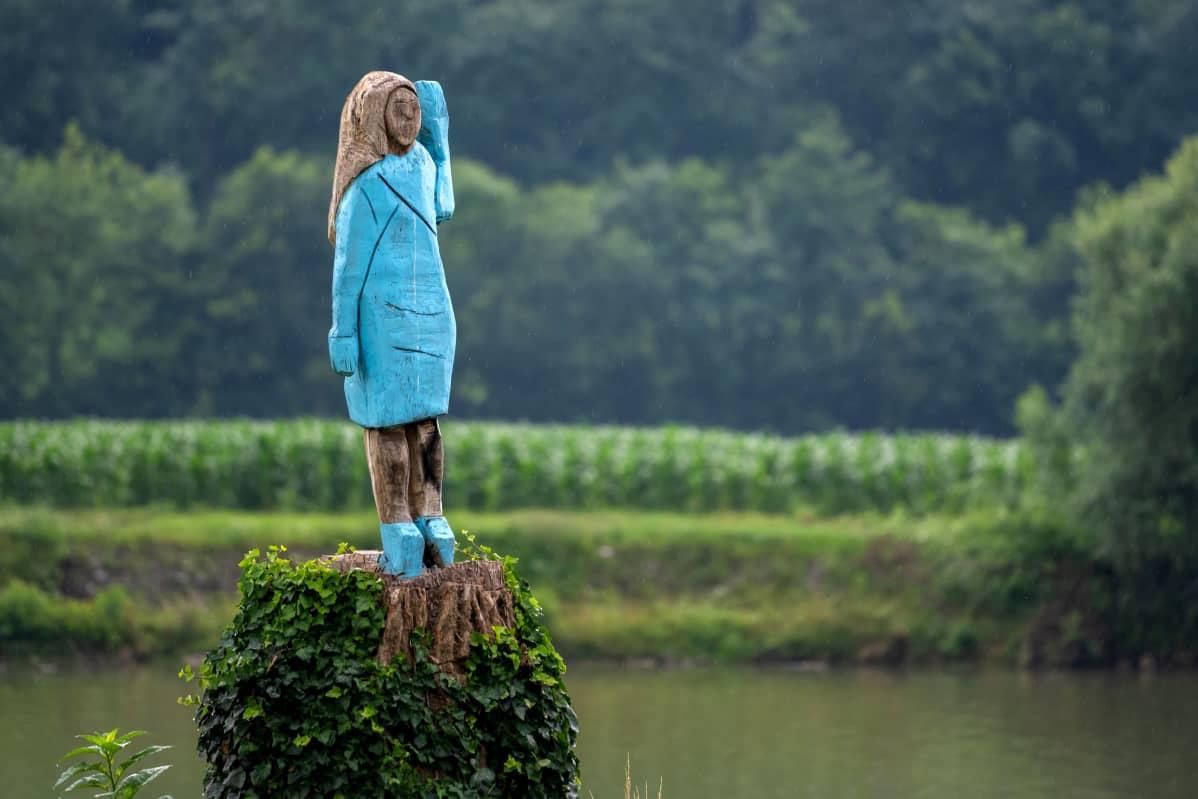 Puinen Melaniaa esittävä patsas.