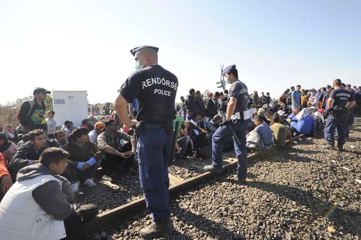Poliisi vartioi Serbiasta Unkariin saapuneita turvapaikanhakijoita syyskuussa 2015.