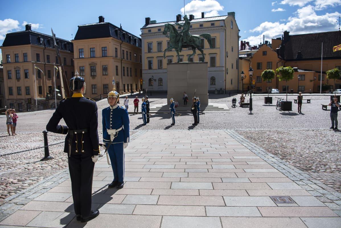 Tukholmassa Kuninkaanlinnan edustalla on turisteja korona-aikaan vain vähän.