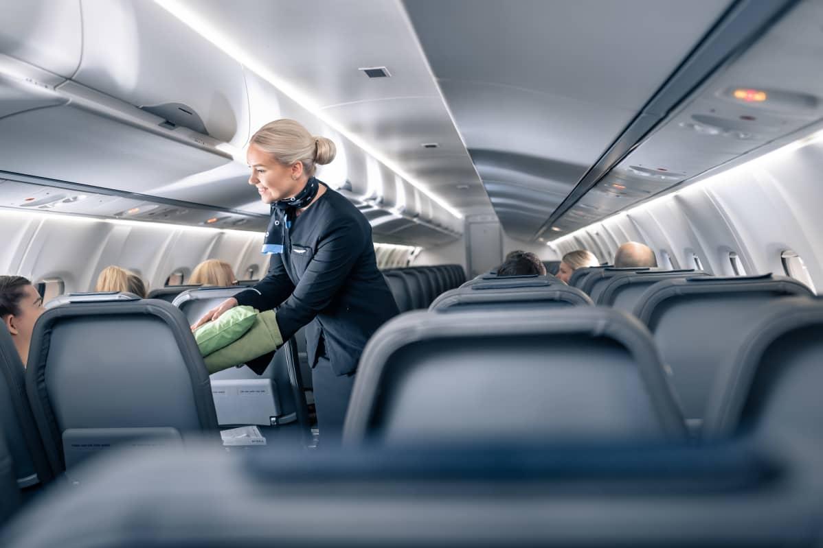 Nordic Regional Airlines Oy:n lennolla lentoemäntä Emmi-Sofia Perälä palvelee asiakasta