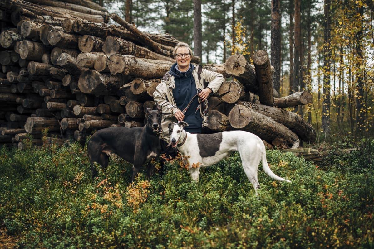 Kuvassa on Maria-Theresa Vähäkangas koirineen Hailuodossa syyskuussa 2020.