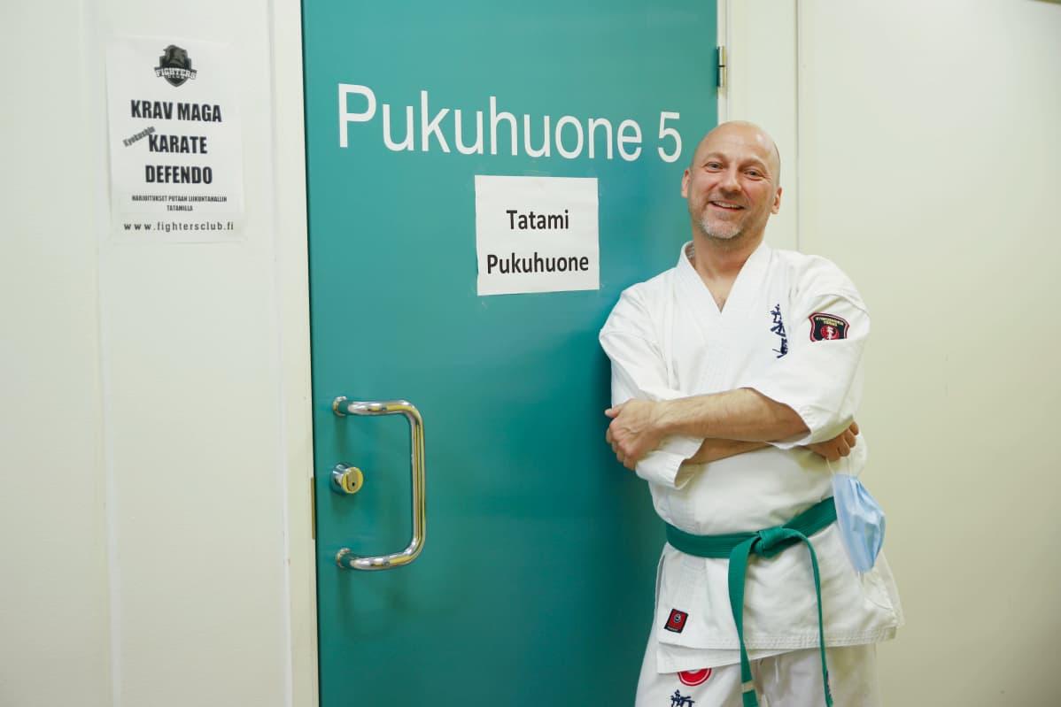 Karatevalmentaja Kim Ståhlfors pukuhuoneen ovella Putaan hallilla Torniossa
