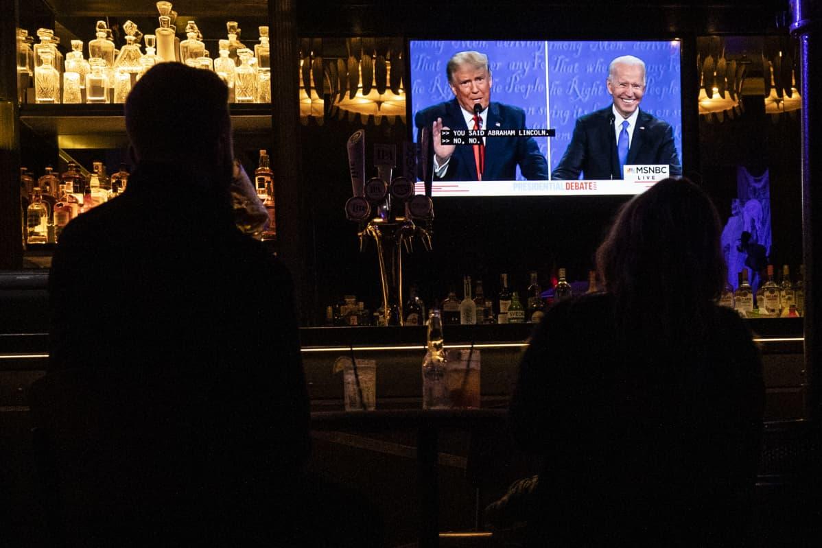 Asiakkaat katsoivat USA:n vaaliväittelyä baarissa Hollywoodissa