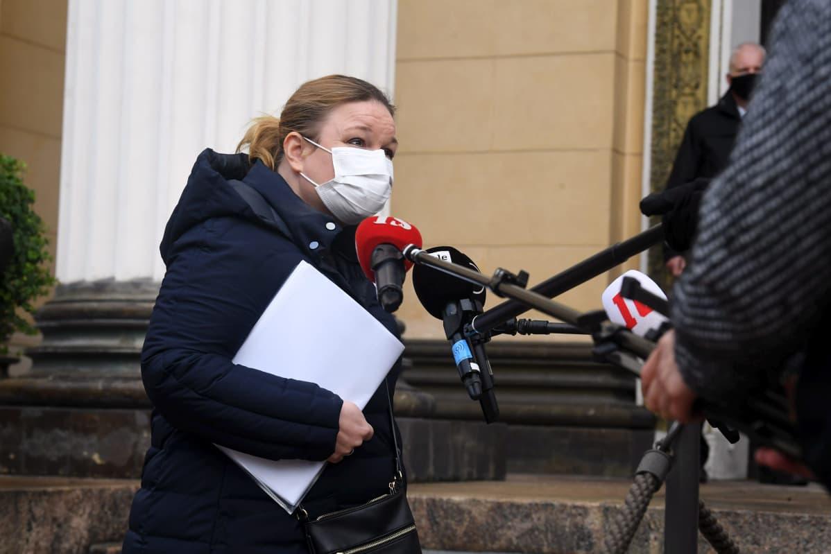 Perhe- ja peruspalveluministeri Krista Kiuru (SDP) saapuu hallituksen neuvotteluihin Säätytalolle Helsingissä 23. lokakuuta