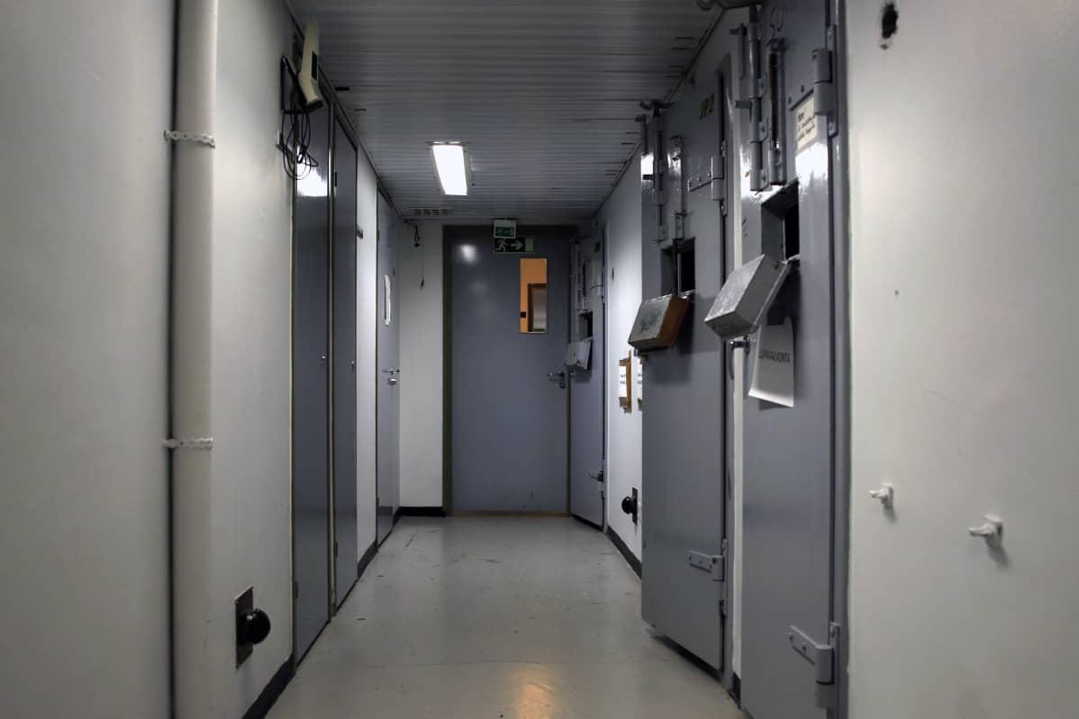 Tornion poliisilaitoksen poliisivankilan eli putkan käytävä.