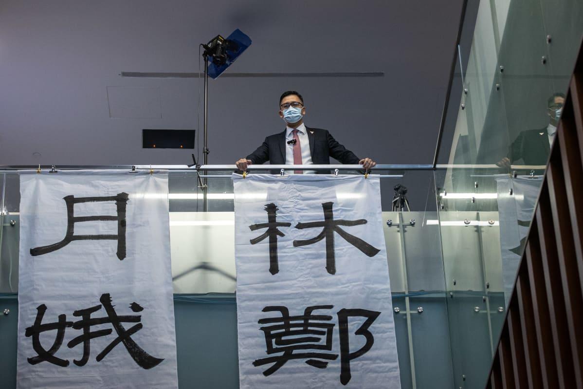 """Lainsäätäjät ripustivat banderollin, jossa lukee: """"Carrie Lam toi katastrofin Hongkongille ja sen kansalle. Hänen jättämänsä lemu löyhkää kymmenen tuhatta vuotta""""."""