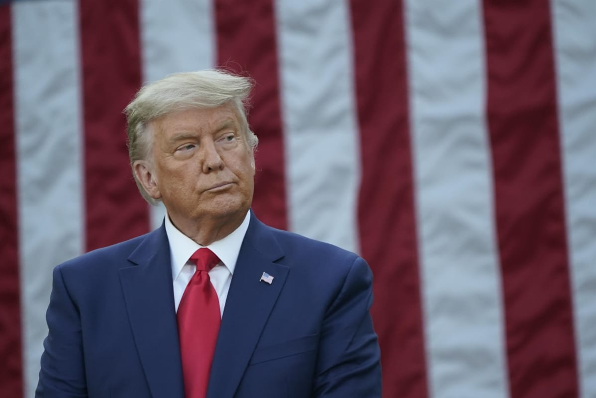 Trump taustallaan USA:n lippu.