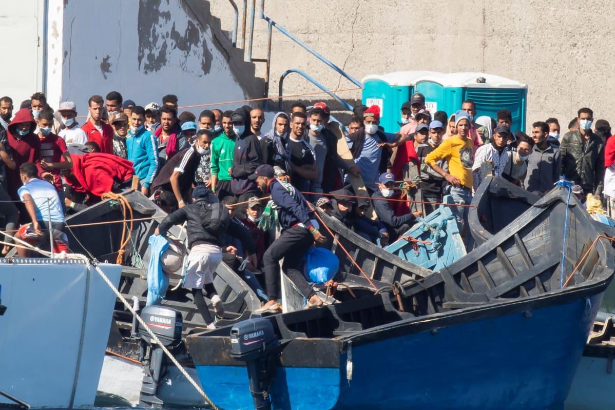 Arguineguínin satamassa oli tiistaina runsaasti Afrikasta tulleita siirtolaisia ja turvapaikanhakijoita.