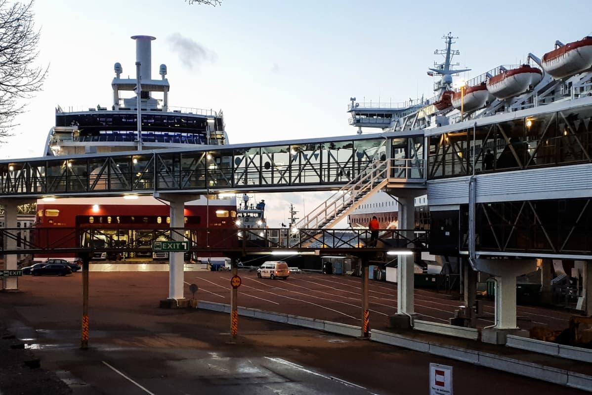 Karille ajanut Viking Grace -alus kuvattiin aamulla satamassa.
