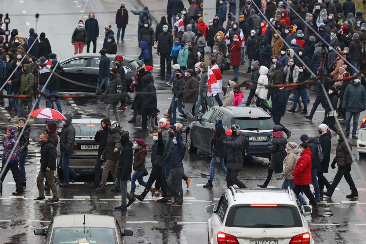 Valkovenäläisiä oppositiomielenosoittajia Minskissä