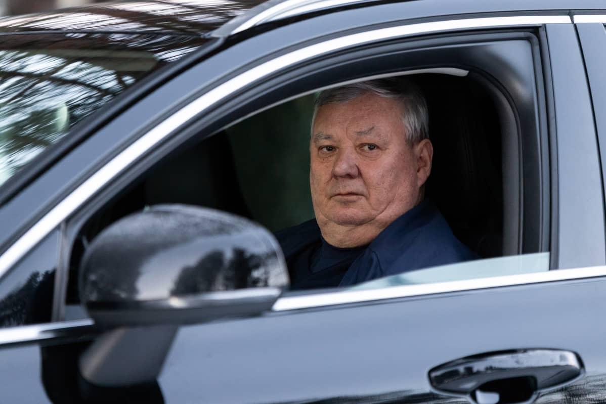 Taksiautoilija Jouni Ilmari Romppanen taksissaan.