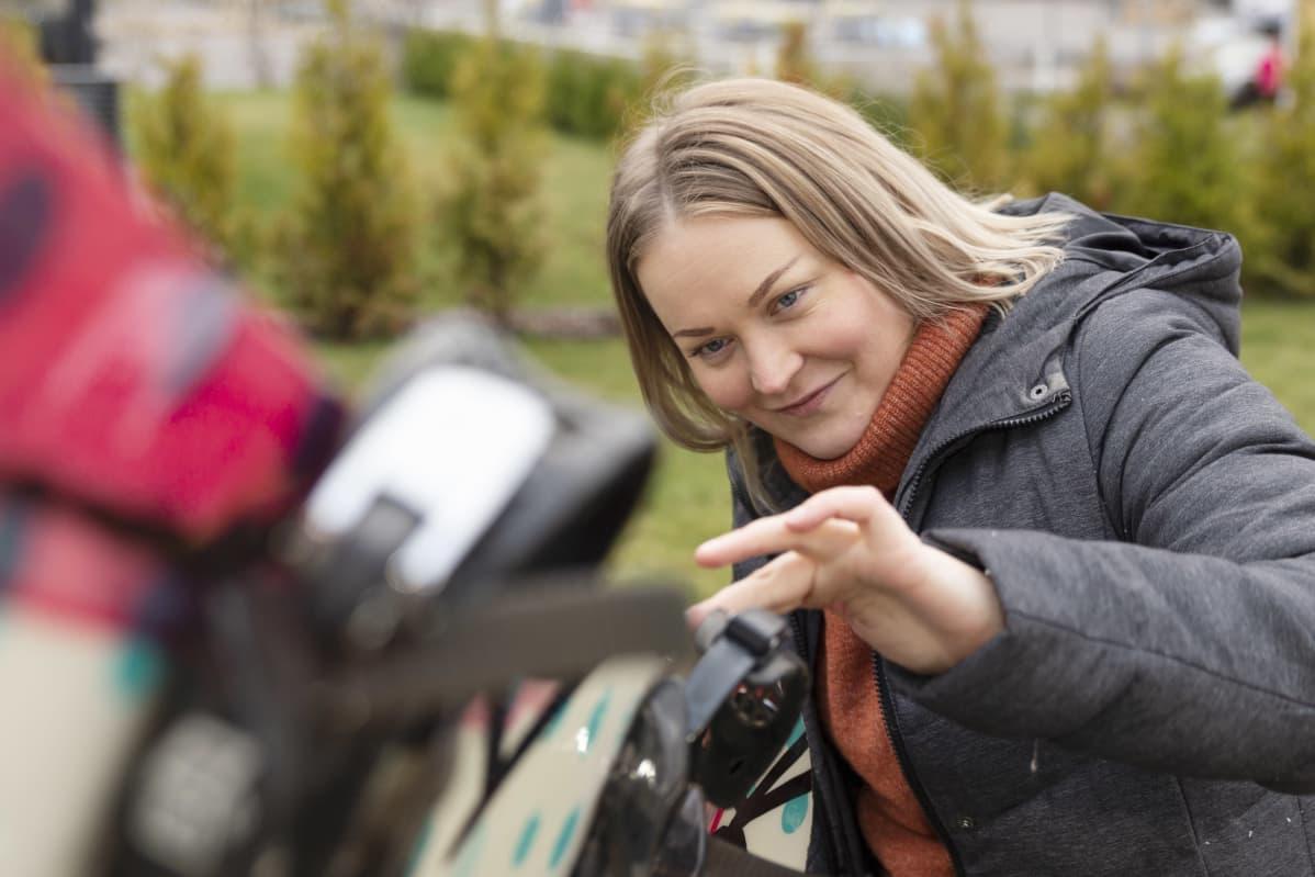 Maria Pero tarkastaa lumilaudan kantteja.