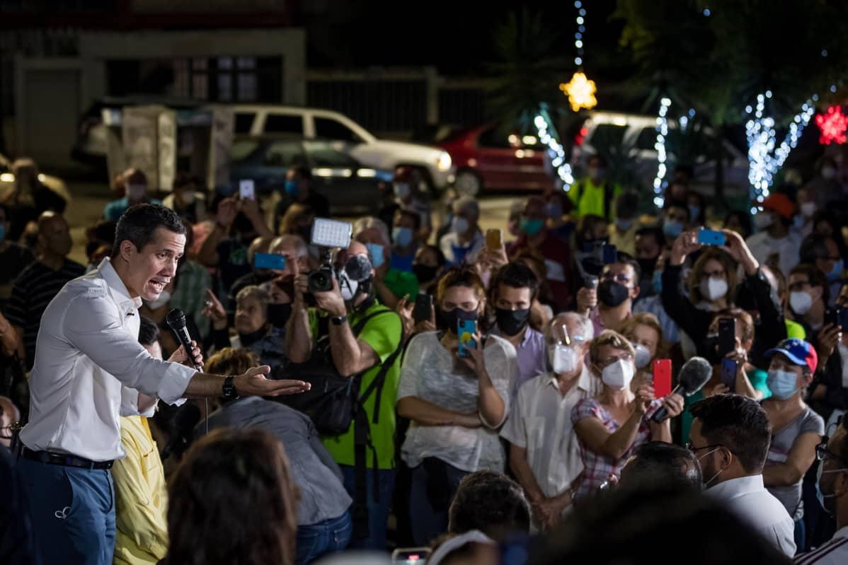 Juan Guaido puhumassa ihmisjoukolle.