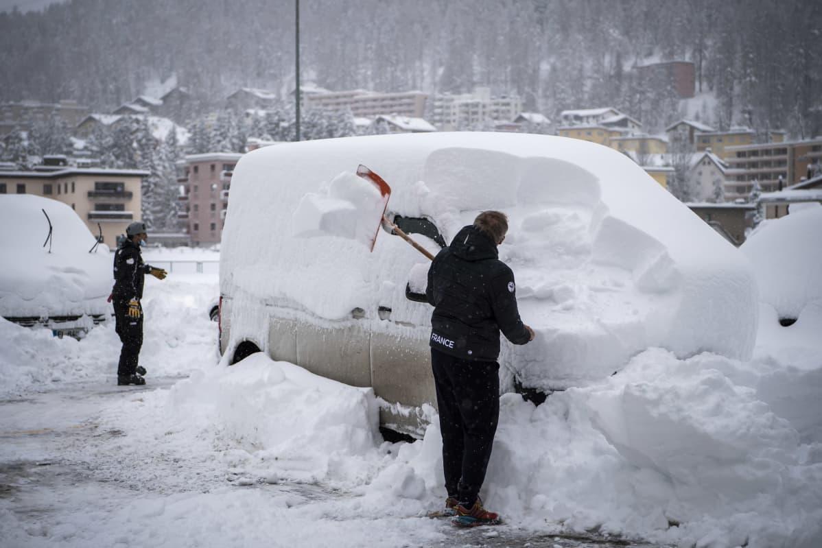 Autoa lapioidaan esiin lumen alta.