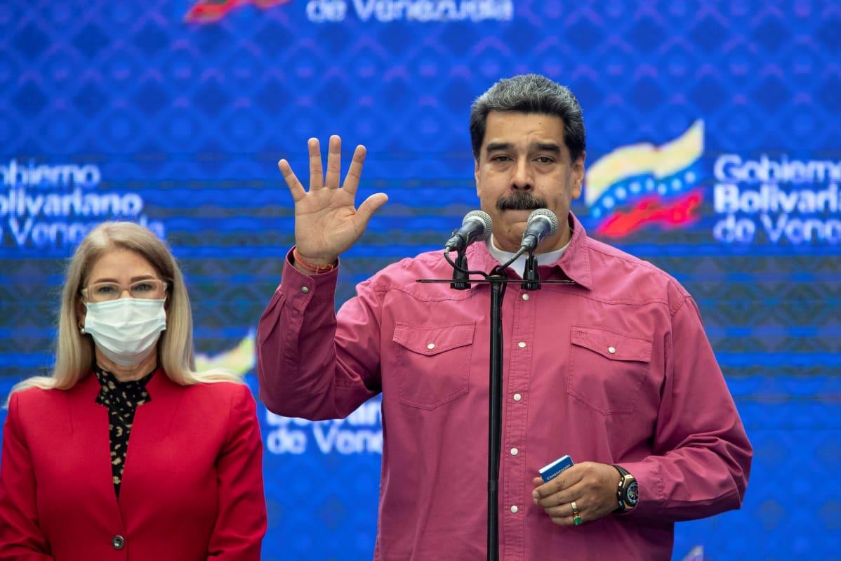 Nicolas Maduro käsi ylhäällä