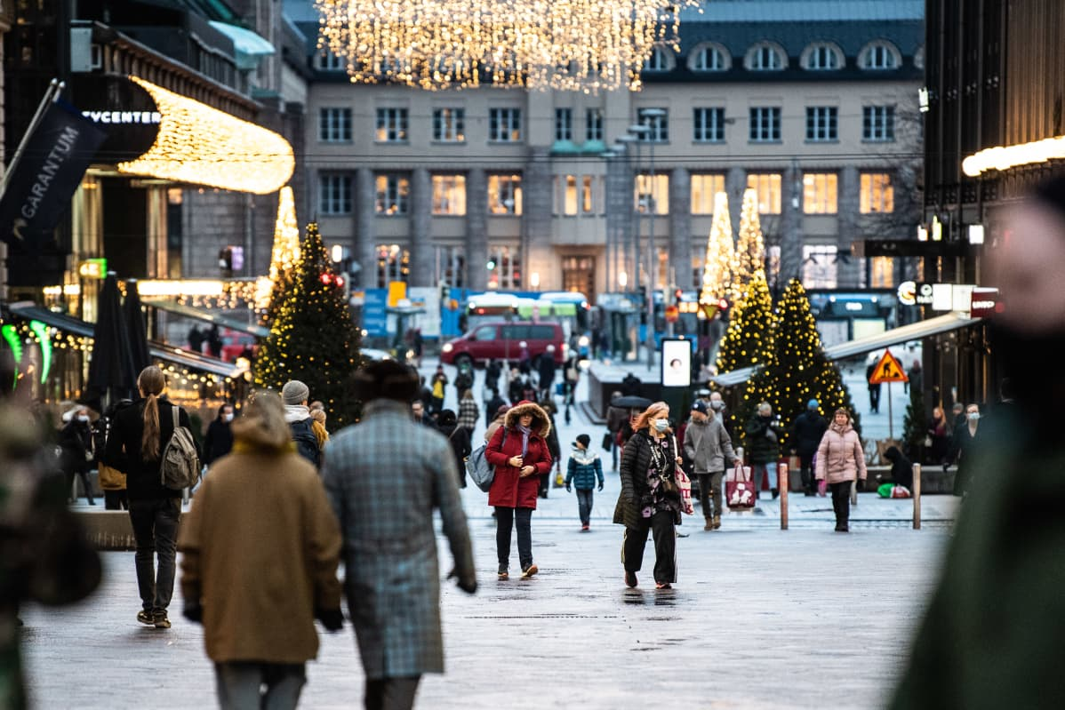 Ihmisiä Helsingin keskustassa.